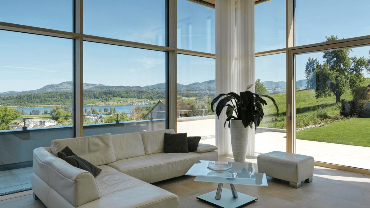 Glassfassade, Wohnung und Wohnzimmer mit viel Tageslicht