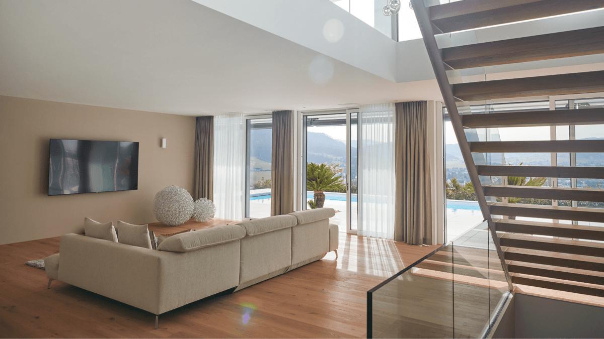 Wohnzimmer von einer Villa mit Schiebetür und Glasfront