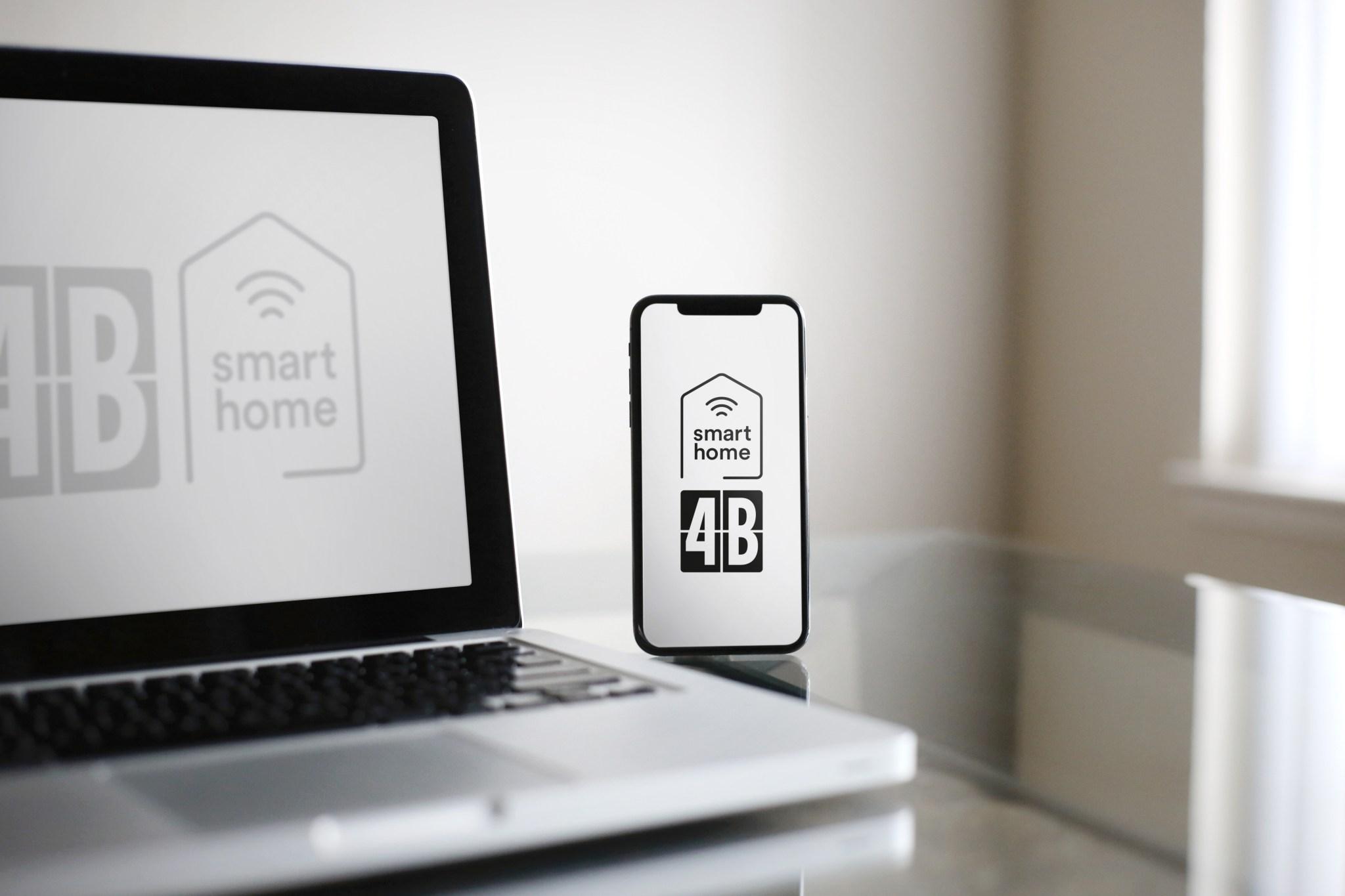 Laptop und Smartphone mit 4B Logo und Smart-Home-Icon