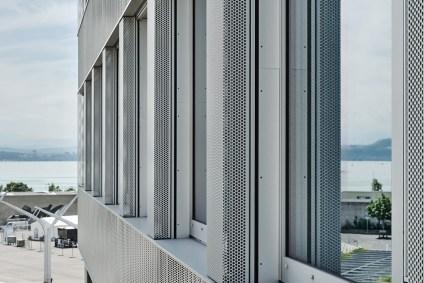 Gros plan sur les nouvelles fenêtres et la façade du Centre Professionnel du Littoral à Neuchâtel.