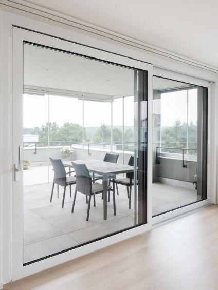 Schiebetür KS1 aus Kunststoff mit einer grossen Terrasse