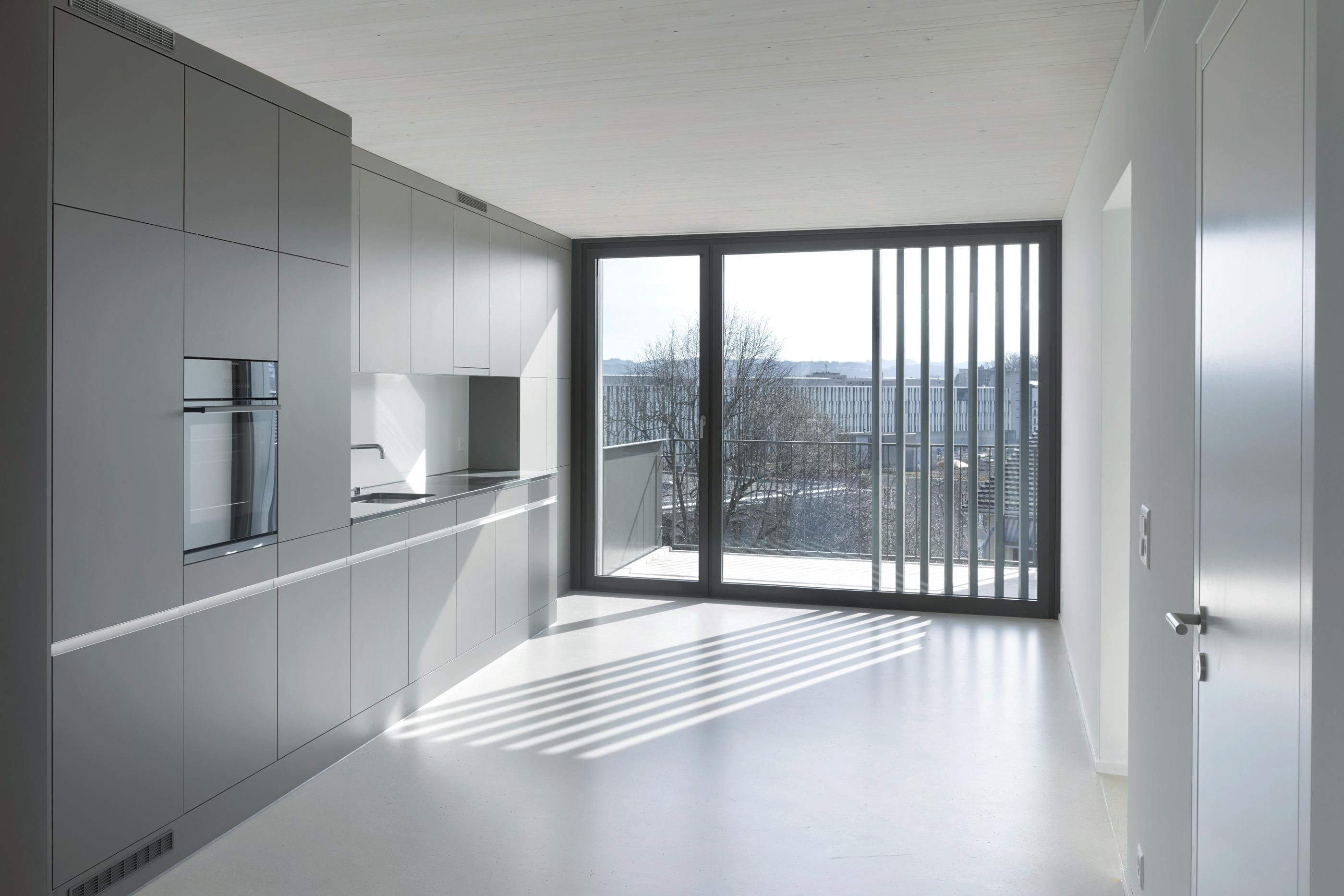 Lichtdurchflutete Küche mit bodentiefen Fenstern