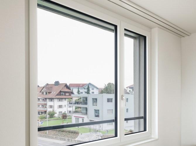 Kunststoff Fenster KF1 mit Ausblick auf ein Quartier
