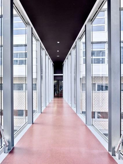 Passarelle mit grossen Glasfronten im CPLN in Lausanne