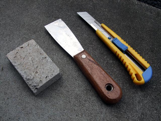 カッターナイフとスクレーパー