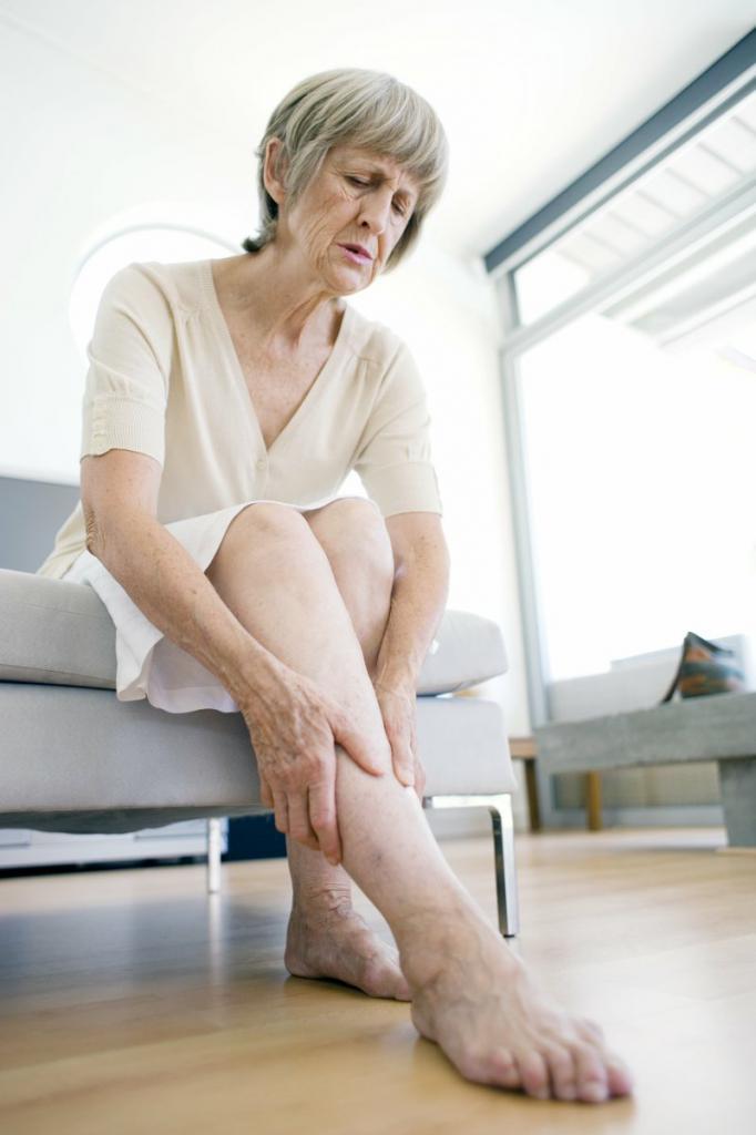 Почему подкашиваются ноги в коленях при ходьбе причины как лечить и что делать