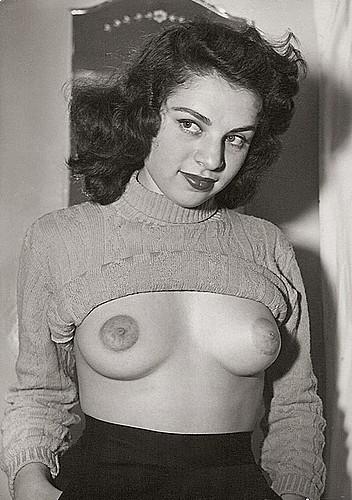 igetoffmylawn:  Rita Richman  (via http://www.myarchives.net/gallery/data/2259/scan0024_678722.jpg)   Sweater girl reveals all.