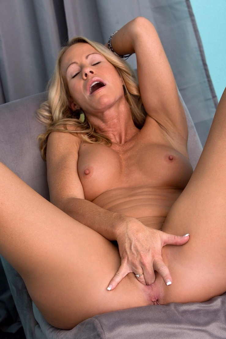 Amateur Mature Fingering Solo