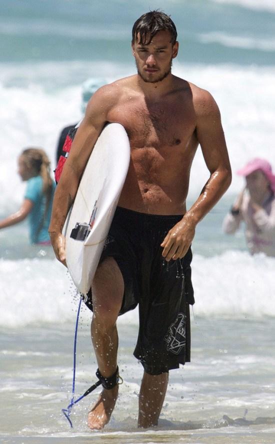 pegando uma onda na praia