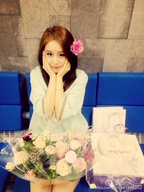 Jiyeon2____:谢谢你们,亲爱的歌迷! 我爱爱爱爱你们。呵呵呵[花心][花心]