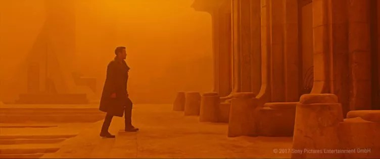 Officer K (Ryan Gosling) in einer nebligen Stadt in Blade Runner 2049
