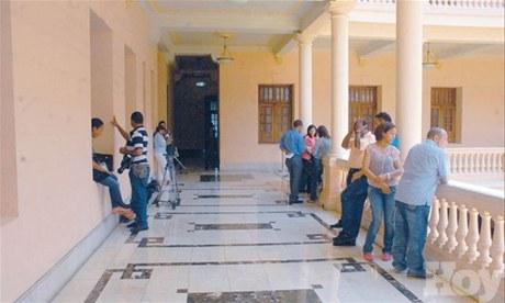 Grupo de periodistas en los pasillos (foto de Hoy.com.do)