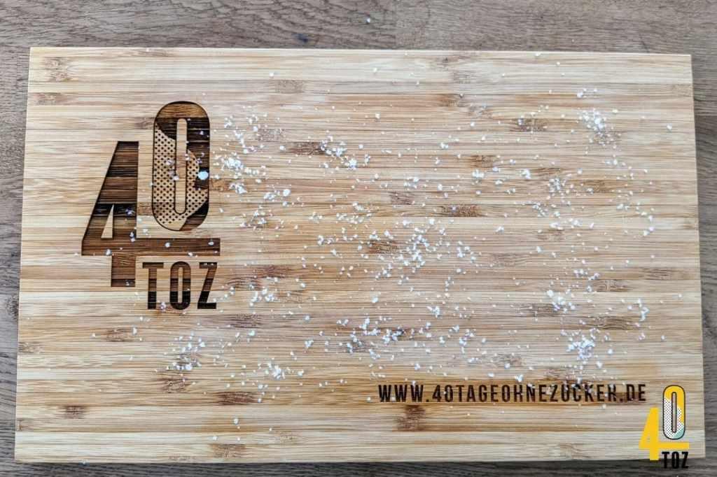 Zwiebelgeruch vom Schneidebrett aus Holz entfernen