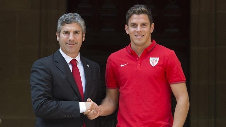 Gorka Elustondo, que ha llegado libre al Athletic tras haber finalizado este martes su vinculación con la Real, ha firmado un contrato por dos temporadas, hasta el 30 de junio de 2017, mientras que tanto el centrocampista como el defensa lo han hecho por tres años. La cláusula de rescisión en los tres casos es de 30 millones de euros.