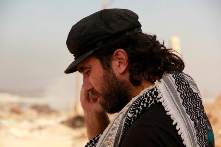misantropo: gazzellanera: paoloxl: A 5 anni dalla sua morte, l'esempio di Vittorio Arrigoni, l'attivista che visse a Gaza. «Illegale, irresponsabile e pericolosa». Con queste parole l'esercito israeliano descrisse Rachel Corrie dopo la sua uccisione. Con queste o simili parole, beceri «giornalisti» descrissero Vittorio dopo la sua morte. Molti che passano da Gaza si disperano perché toccano con mano cosa vuol dire essere palestinese. Palestinese ovunque: a Gaza, in Cisgiordania, come nei campi profughi di un qualsiasi paese arabo. Vittorio no, non si disperava mai, aveva capito fin dall'inizio dove stavano i torti e dove le ragioni e scelse da che parte stare, senza tentennamento alcuno. Il sentirsi costantemente dentro una grande, percepita e visibile ingiustizia non lo ha mai fiaccato. I bombardamenti, gli omicidi mirati, le perquisizioni, i sequestri dei palestinesi, che fossero uomini, donne o bambini non modificavano mai il suo stile, ed il contenuto dello scrivere: sempre attento, preciso, direi minuzioso e miracolosamente quando leggevamo tutto scorreva come un ruscello, capivamo tutto, sentivamo l'occupazione, l'umiliazione di essere oppressi sulla propria terra. Tutto può essere distrutto in Palestina, gli oppressori non devono dimostrare nulla, non devono rispondere a nessuno, ci ricordava spesso Vittorio quante sono le Dichiarazioni dell'Onu cui Israele non ha mai nemmeno preso in considerazione. I loro strumenti di morte possono passare sopra ogni cosa in qualsiasi momento, nel silenzio dei potenti. In quella metà d'aprile del 2011 la notizia della sua morte arriva e colpisce ognuno di noi, tra chi lo conosceva personalmente, tra chi aveva letto i suoi articoli su «il manifesto» o semplicemente tra chi si chiedeva perché tanta gente era attonita, senza parola, mentre stava appiccicata davanti ad uno schermo in contatto con chi si conosceva, con chi parlasse arabo o inglese per avere notizie, per sperare che arrivasse quella determinante: era salvo. Ognun