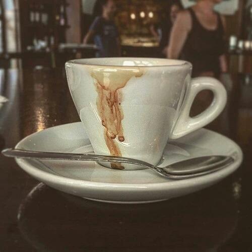 """poeticonnie:  Pelajaran dari secangkir espresso:  Satu  Bahwa ada kalanya hidup itu teramat pahit, tapi sesuatu yang sangat biasanya tak berlangsung selamanya.  Dua  Bahwa kepahitan yang teramat kadang memang harus ada, agar kita terbangun dari tidur dan tetap terjaga.  Tiga  Bahwa tanpa rasa pahit, rasa manis tak terasa nikmatnya.  Empat  Bahwa yang awalnya hangat, kemudian akan menjadi dingin. Nikmati dan sesap sajalah selama masih hangat, dan jadikan sebagai pengingat: betapa nyamannya rasa hangat itu. Lalu hangatkan lagi. Nyalakan lagi apinya, pemanasnya.  Lima  Bahwa yang kecil tak harus dianggap remeh. Kadang ia istimewa karena kecil. Di tubuhnya yang mungil ia mungkin menyimpan lebih banyak kekuatan dibanding yang besar.  Enam  Bahwa sebenarnya kita tak harus punya banyak untuk menikmati hidup. Sedikit, tapi berkualitas. Itu lebih penting dari yang banyak tapi malah merusak. Gula, susu yang berlimpah dalam segelas besar kopi malah memuakkan, bukan?  Tujuh  Bahwa kesederhanaan itu kekal. Selalu ada tanpa terlihat """"murahan"""".  Delapan  Bahwa kita perlu memiliki sesuatu untuk memulai dan menjalani hari. Yang selalu ada, yang selalu setia, selalu menemani.  Sembilan  Bahwa setiap orang punya tujuan tertentu saat membeli sesuatu. Ada yang memang butuh, ada yang karena ingin terlihat keren.  Sepuluh  Bahwa sebenarnya apa yang bisa dinikmati di tempat-tempat yang """"asyik"""", juga bisa dinikmati di rumah. Orang kadang ingin mencari suasana baru saja, bukan kenikmatan yang sama.  Selamat menjemput sore. – View on Path."""