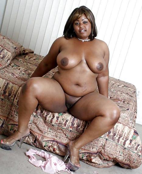 Milf Black pulpeuse à gros seins et chatte rasée