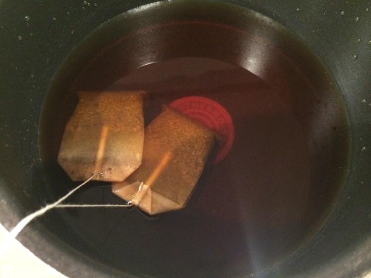 小鍋で濃いめの紅茶を作ります