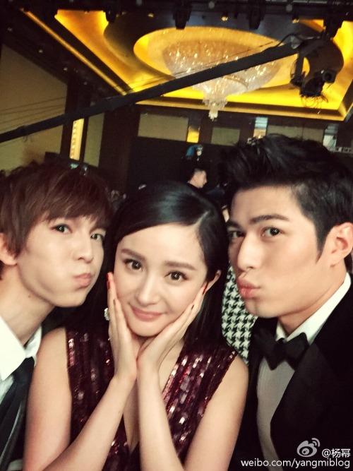 Yang Mi in between Guo Jingming and Chen Xuedong at Weibo Night