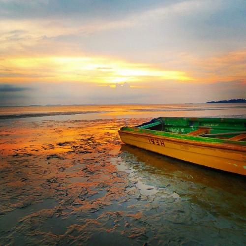 Jangkarkan kapalmu agar kelak ia menjejak tanah saat air laut surut. #boat #sunset #beach