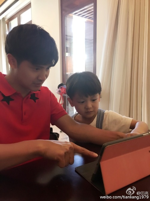 Tian Liang and son fighting over iPad