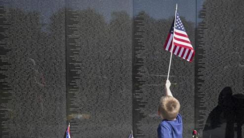 A young boy walks along the Vietnam Veteran's Memorial the day before Memorial Day in Washington, DC, USA, 24 May 2015. Sunday is the traditional Rolling Thunder XXVIII First Amendment Demonstration Motorcycle Run. The annual gathering first started in 1988. The riders who come from around the United States and other countries rally at the Pentagon parking and then ride through the spectator lined streets of Washington, D.C. (Estados Unidos) EFE/EPA/PETE MAROVICH