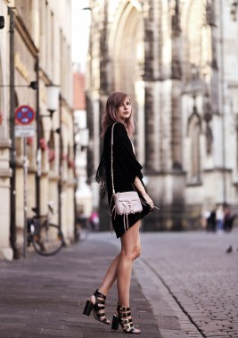 A black fringed kimono with a classic black mini dress and black heels is the answer this summer! And why not spice it up with a pink handbag? Via JanaKimono: Sans Souci, Dress: Minkpink, Sandals: Senso via Sarenza, Bag: Rebecca Minkoff, Watch: Skagen