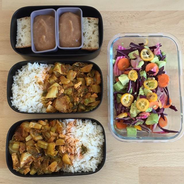 #bento #vegan pour deux: riz au sésame et tandoori de feuilles de chou fleur/ salade de cru / compote pomme banane cannelle et petit bout de pain #lunch #lunchbox #whatveganseat