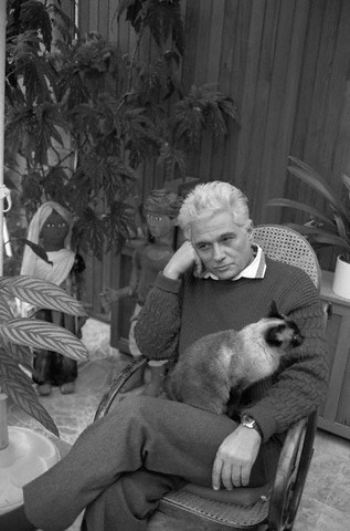 Jaques Derrida, deconstructing with his kitty.