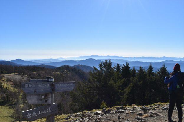 雲取山の頂上は風がありますが快晴で眺めがとてもいいです