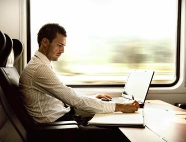 Man Gebruikt Laptop in de Trein