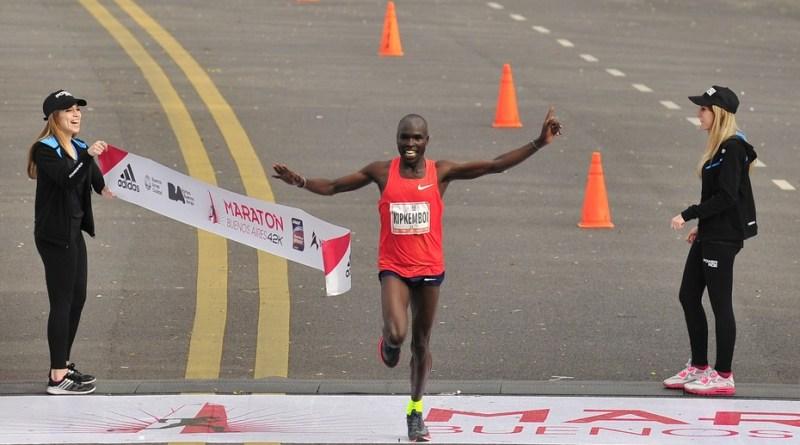Keniata Saina Emmanuel Kipkemboi ganó el maratón de Buenos Aires con un impresionante récord: 2h05.21. Clarín/Maxi Failla