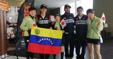 Tres de los venezolanos acompañados de los representantes de Japón/Cortesía