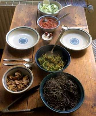 Black Beans Spaghetti,Zucchini Spaghetti,Champignons,Tomatensauce,Gurkensalat (13)