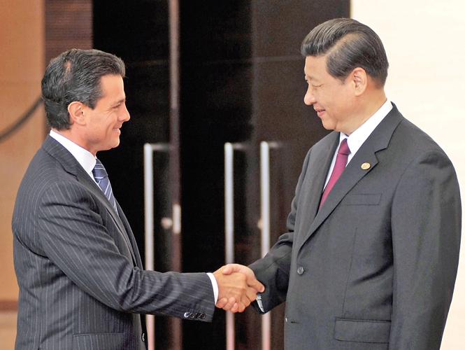 Enrique Peña Nieto saluda a Xi Jinping, presidente de China, a su llegada a la Conferencia Anual 2013 del Foro Boao para Asia. Foto: Especial