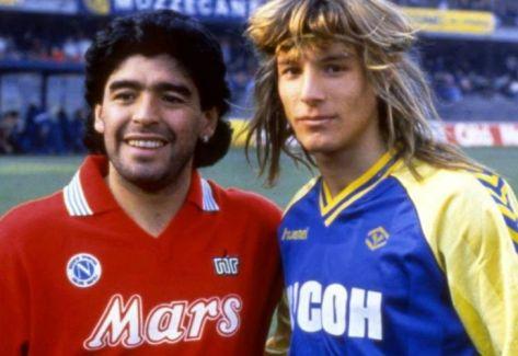 fa3fd58e13ae0 La camiseta roja del Napoli que alguna vez utilizó Maradona con el número  9.   Captura redes.