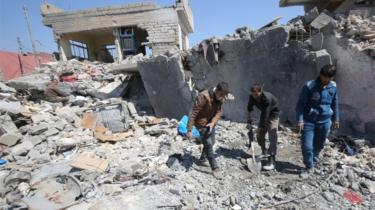 Iraqis clean up in rubble from air strike (file photo)