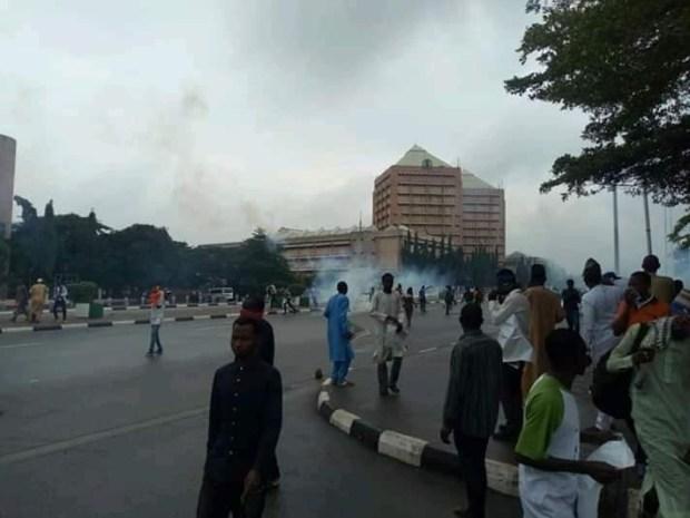 Photos: Shi?ites, police officers clash again at Federal Secretariat Abuja