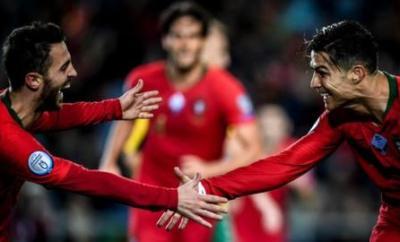 Cristiano Ronaldo celebrates with Bernardo Silva