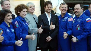 Cruise posed with astronauts after narrating a documentary about the ISS in 2002