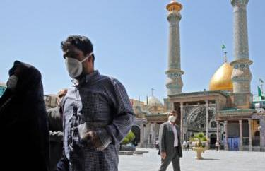 Iranian worshippers wear face masks at Tehran's Abdol Azim shrine on 25 May 2020