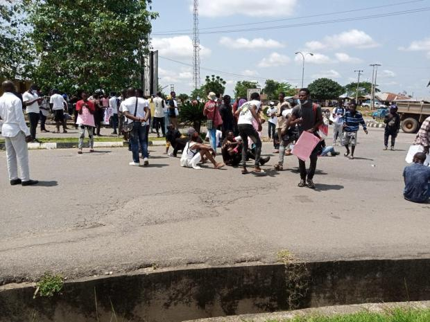 #EndSARS protesters block Osun governor?s office, insist there will be no movement in and out of the office (videos)