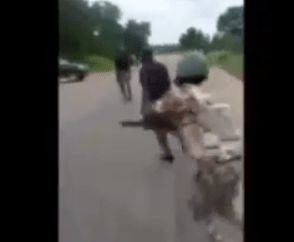 Policeman beaten by soldiers in Aba for allegedly extorting motorists (video)