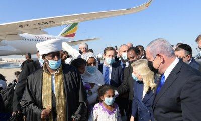 Israeli Prime Minister Benjamin Netanyahu (right) and his wife Sara greet Falash Mura Jews on their arrival at Ben Gurion Airport (03/12/20)