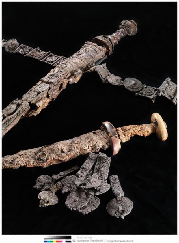 Sword, belt and dagger belonging to the skeleton