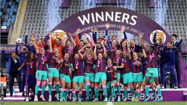 Barcelona lift the Women's Champions League trophy