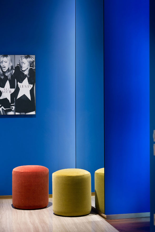 Colorfull Interior Design with Electric Blue Walls
