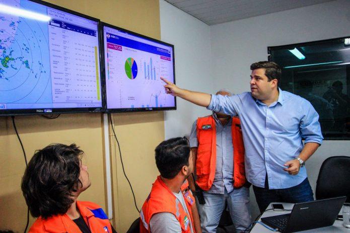 Marcelo Palmeira acompanha o monitoramento das chuvas na Defesa Civil. Foto: Pei Fon/ Secom Maceió