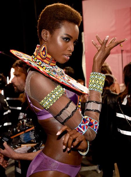 fashion-show-backstage-2017-lais-fantasy-bra-adriana-alessandra-balmain-victorias-secret 4chion lifestyle o