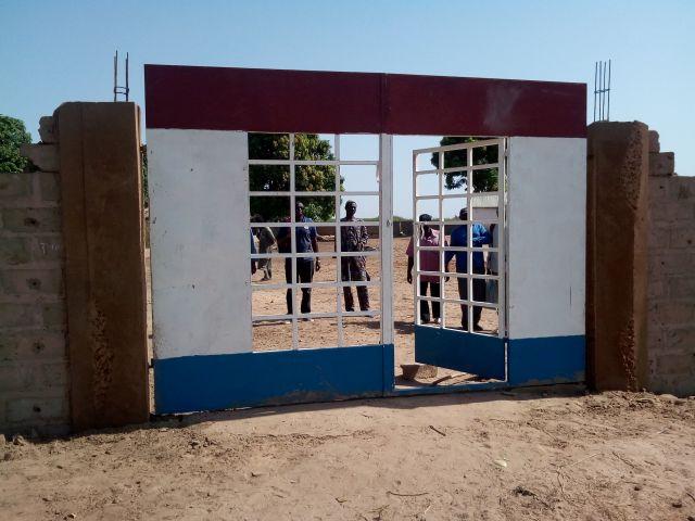 muur om school